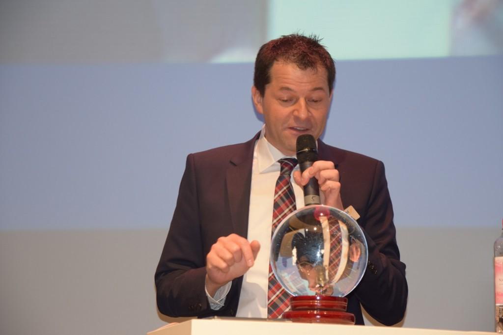 2016 DB Stefan Sommerer, VEMA IT-Vorstand, mit Wahrsager-Glaskugel 1025